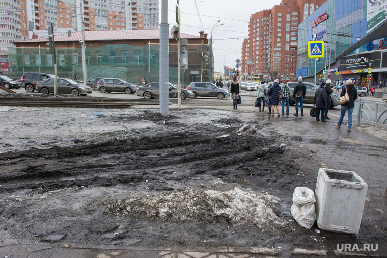 Состояние дорог Екатеринбурга, газон, колея, грязь на тротуаре