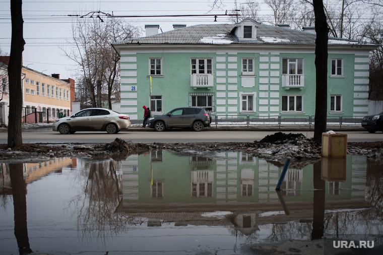 Состояние дорог Екатеринбурга, тротуар, лужа, пешеходная зона, слякоть, тротуар в воде, улица краснофлотцев