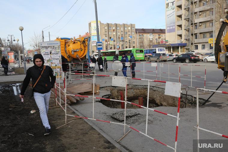 """Обрушение асфальта на остановке """"Площадь памяти"""". Тюмень, пешеход, ремонтные работы, дыра в асфальте"""