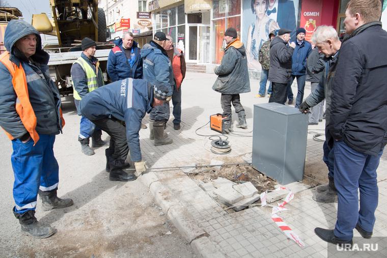 Авария. На перекрестке ул.Полины Осипенко и Комсомольского проспекта упал уличный фонарь. Пермь, горсвет, авария