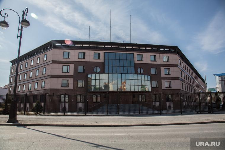 Овраг, на месте которого планируют построить общежитие университета. Здание ФНС и здание ФСБ., здание, фсб по тюменской области