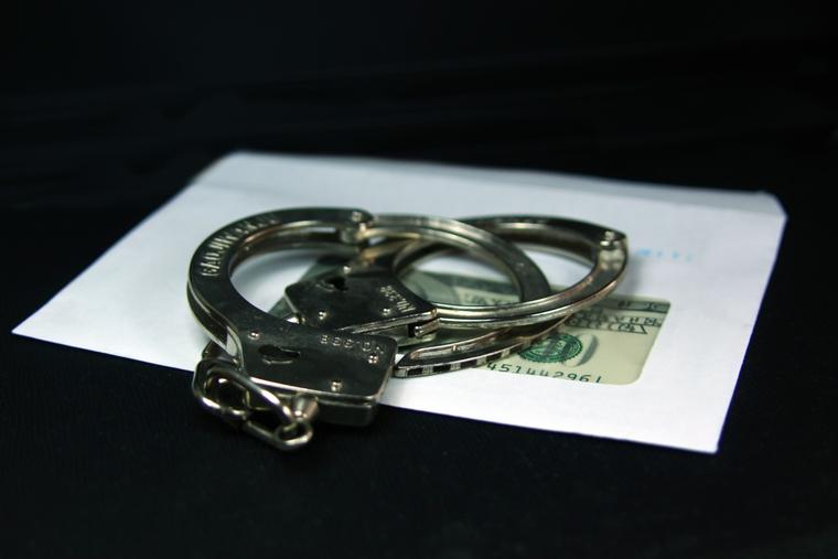 Открытая лицензия на 04.08.2015. Взятка., наручники, взятка, деньги, криминал, конверт