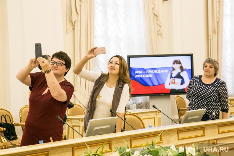 Торжественное вручение паспортов Александром Моором, вручение государственных наград. Тюмень, снимают на телефоны