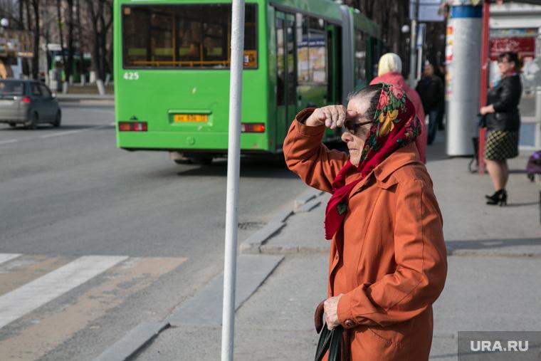 Автобус номер 10 на электричестве.  Тюмень, автобусная остановка, бабушка, смотрит вдаль