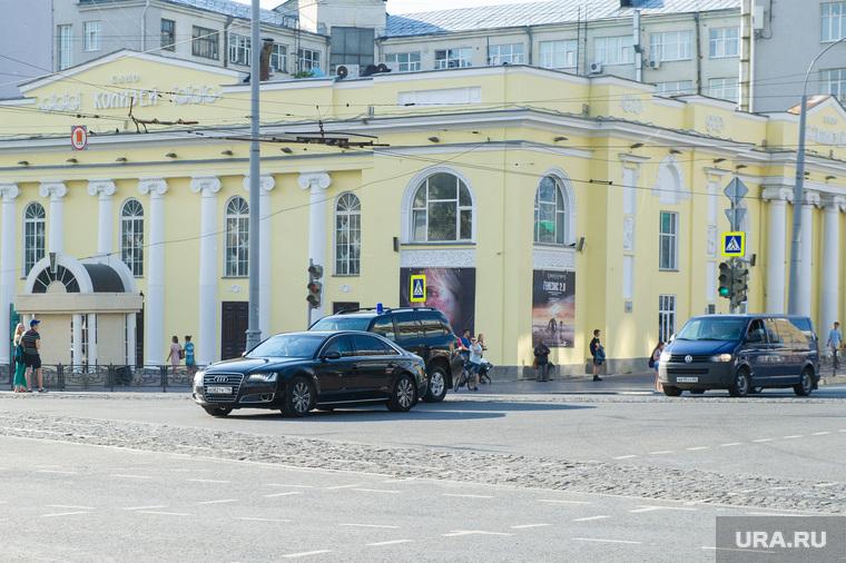 Машины из кортежа на Карла Либкнехта после окончания заседания Священного Синода. Екатеринбург