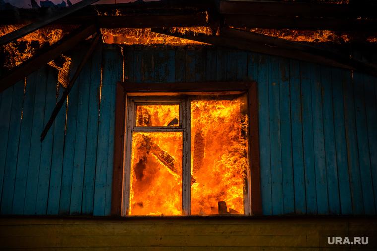 Пожар в расселенном доме, в поселке Солнечный. Сургут, пожар, огонь