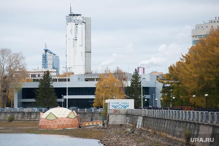 Снос незаконно установленной полусферы на городском пруду Екатеринбурга, набережная городского пруда, полусфера