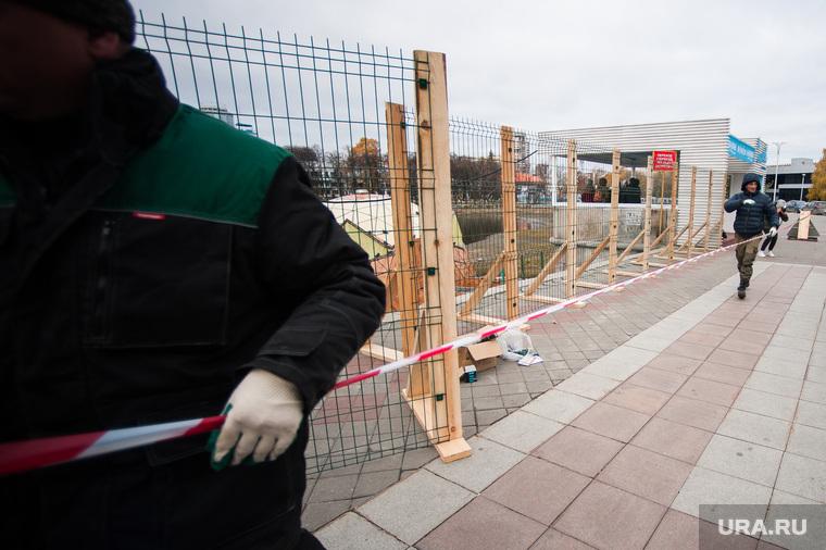 Снос незаконно установленной полусферы на городском пруду Екатеринбурга, ограждение, набережная городского пруда, лента, полусфера