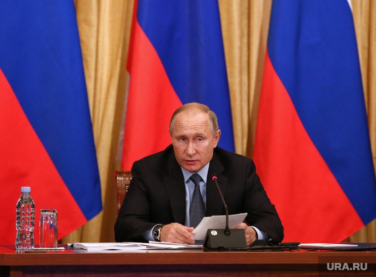Путин и Комарова вышли с двусторонней встречи смеясь. Президент улетает из Югры