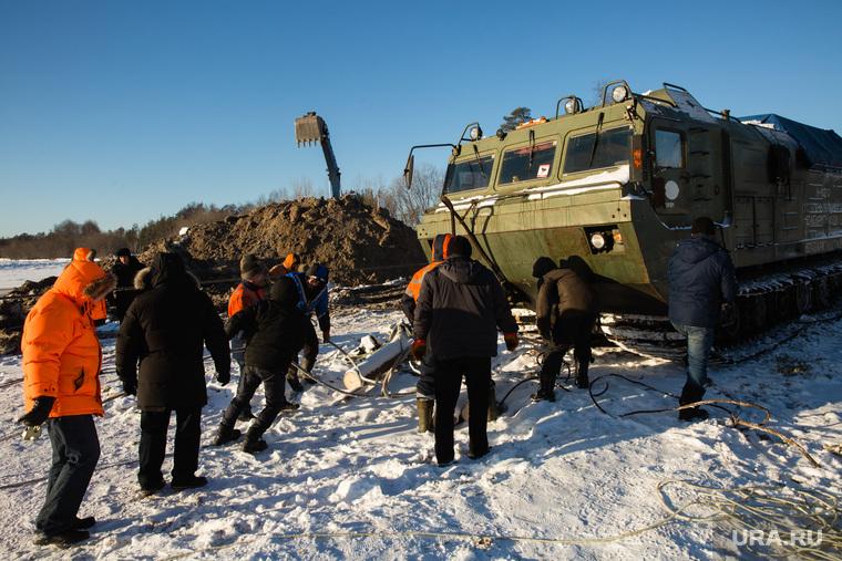 Восстановление переправы на реке Лямин, разрушенной ледоходом. Сургут, экскаватор, вездеход, рабочие