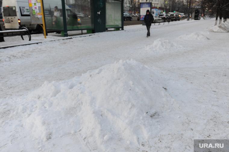 Снег на дорогах не убирается. Челябинск, снег на тротуаре, кучи снега