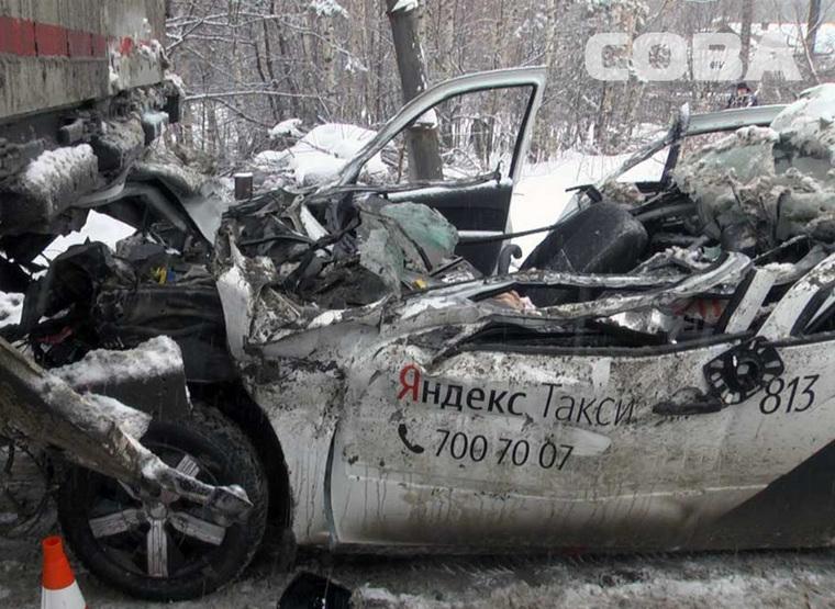 В Екатеринбурге таксист въехал под большегруз и погиб. ФОТО, ВИДЕО