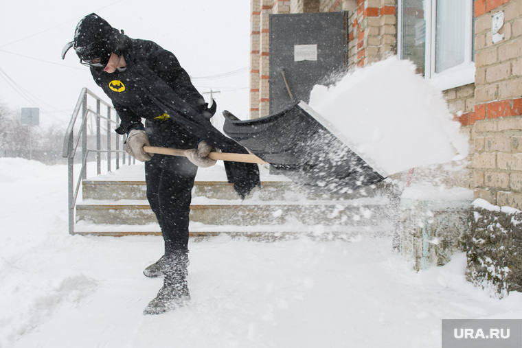 Влад Рябухин чистит снег в костюме Бэтмена. Свердловская область, пос. Кедровка, дворник, коммунальные службы, косплей, рябухин владислав, супергерой, убирает снег, костюм бэтмена