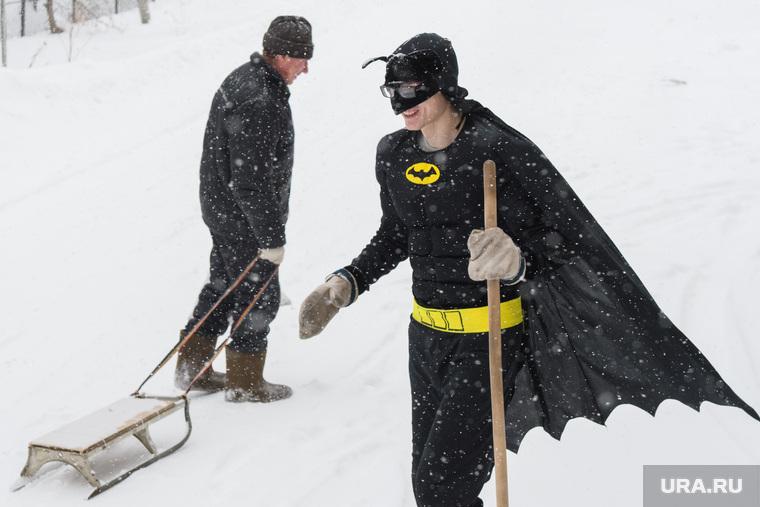 Влад Рябухин чистит снег в костюме Бэтмена. Свердловская область, пос. Кедровка, сани, санки, поколения, косплей, отцы и дети, супергерой, поколение, костюм бэтмена