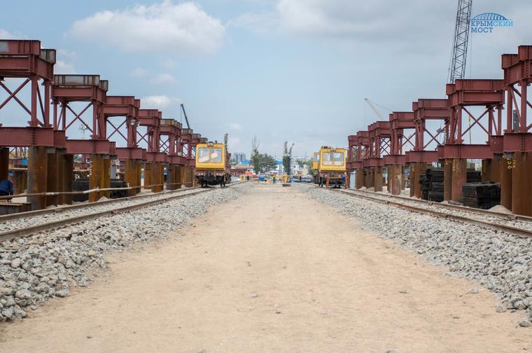 Строители соединили все железнодорожные пролеты Крымского моста. ВИДЕО
