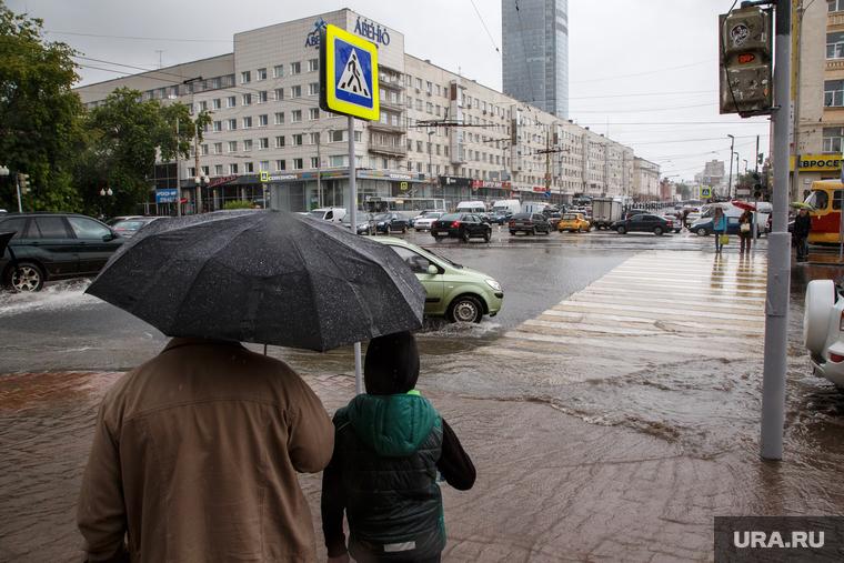 Улицы затопило, самолеты задержаны: Екатеринбург не справился с ураганом. ФОТО, ВИДЕО
