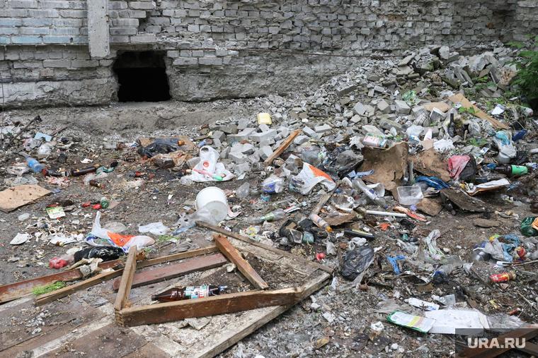 В Нижневартовске на улице повесили «труп» мусорившего горожанина. ФОТО