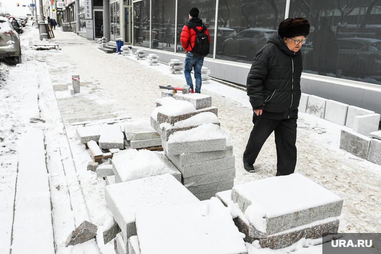 Пенсионерка разбила голову из-за затянувшегося благоустройства Екатеринбурга. ВИДЕО