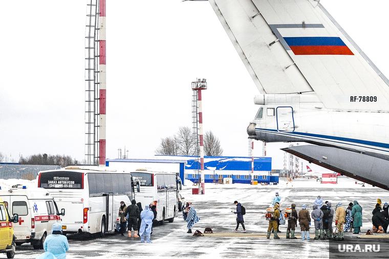 Высадка пассажиров из самолета прилетевшего из китая. Тюмень