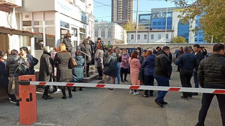 Сотни азербайджанцев оккупировали консульство в Екатеринбурге. Причина — война в Карабахе