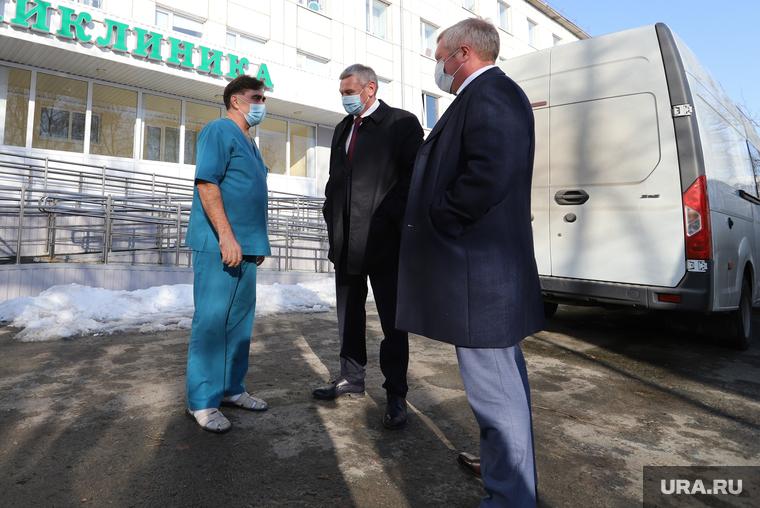 Сенатор Сергей Муратов вручает медикам второй горбольницы кислородные концентраты. Курган