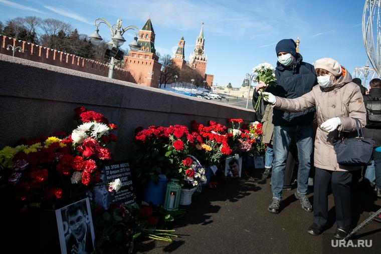 Мемориал на месте убийства Бориса Немцова на Большом Москворецком мосту. Москва