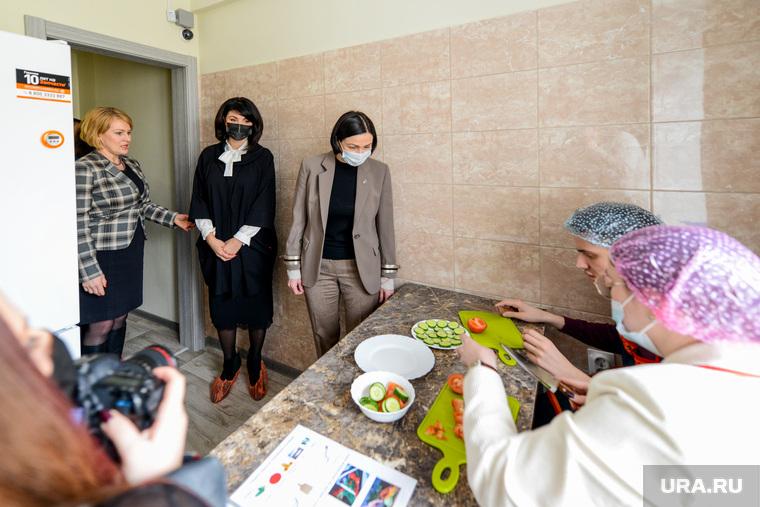 Ирина Текслер и Наталья Котова в тренировочной квартире для инвалидов. Челябинск