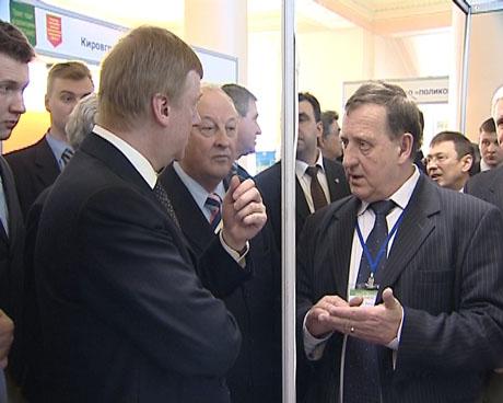 Визит Чубайса в Екатеринбург: гость отказался пить нано-воду, удивился местным изобретателям и получил подарок, который одному не унести (ФОТО)