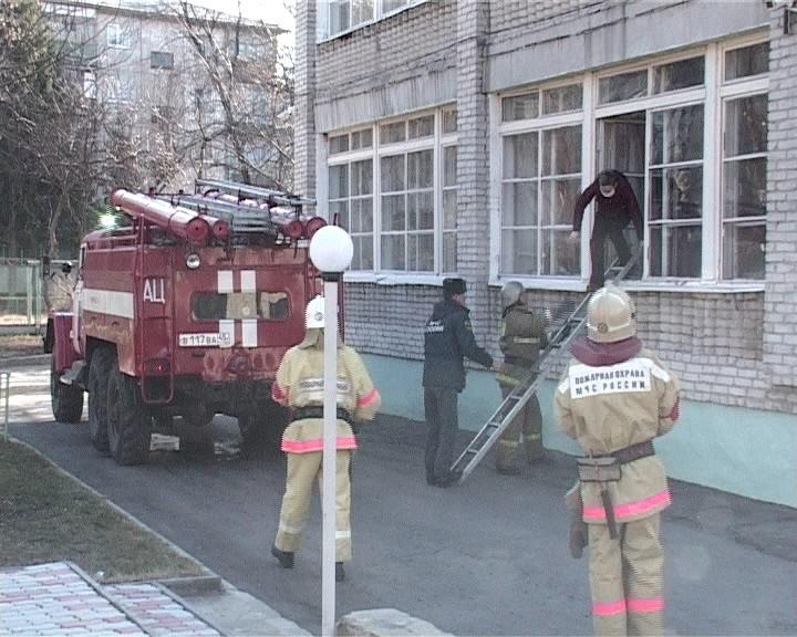 Курганские пожарные эвакуировали детей и детдома, который посещал Медведев