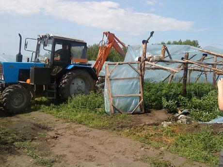 В одном из районов Челябинской области показательно сравняли с землей китайские теплицы. Гастарбайтеры-самозахватчики в отчаянии бросались под бульдозер