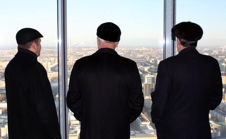 Россель и Чернецкий провели встречу в экзотическом месте: на 42-м этаже, с чаем и байками. Чтобы не отморозить уши, пришлось идти на выдумку