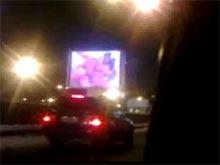 Порно на рекламном экране на садовом