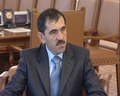 Россель встретился со «спецпорученцем» Медведева. Губернатор сделал ему подарок и предложил сотрудничество