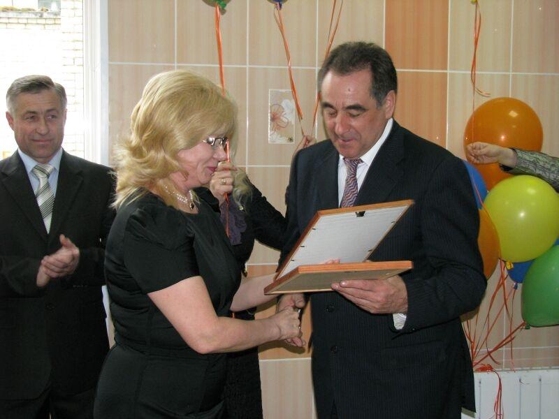VIP- чета Зауралья Олег и Тамара Богомоловы побывали на новоселье. Их ждали подарки, угощение, концерт