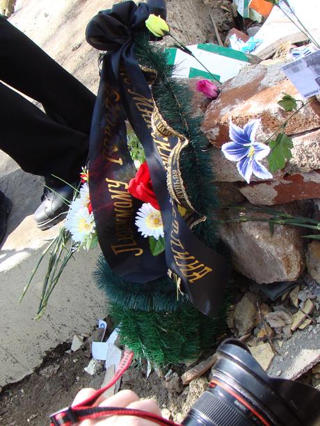 В центре Екатеринбурга состоялись запрещенные мэрией «поминки по городу». Обыватели и рок-музыканты принесли цветы и венки из денег