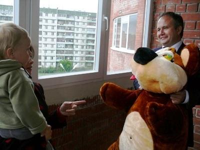 Наш губернатор приехал на новоселье. В подарок привез большого медведя