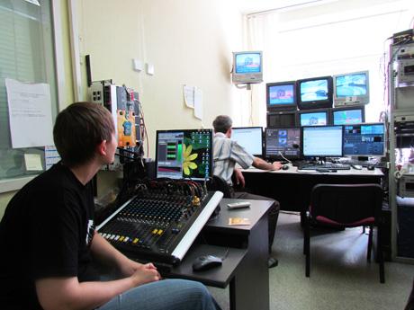 «Областное телевидение» в Екатеринбурге сменило прописку – телеканал в полном составе «переехал» на «Иннопром». Узнайте, как работает путинская служба протокола, о буднях видеорежиссеров и ночах технических служб