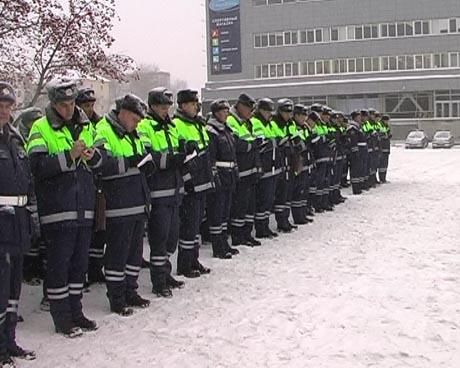 ГИБДД Екатеринбурга сегодня весь день удивляет горожан: сначала сверкающий парад, а затем – сопровождение уборщиков к месту работы