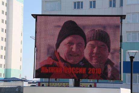 Филипенко проигнорировал главное PR-событие дня, а Комарова отменила встречу с прессой. Столица ХМАО заклеена листовками против нового губернатора
