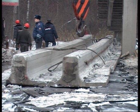 В Екатеринбурге самосвал снес мост! Водитель отделался штрафом в 1 тыс. рублей