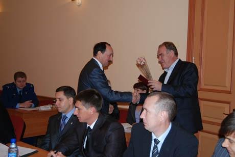 Второе заседание Курганской гордумы: на повестке – избрание вице-спикера и формирование комиссий. Но для начала депутаты украсили себя цветами