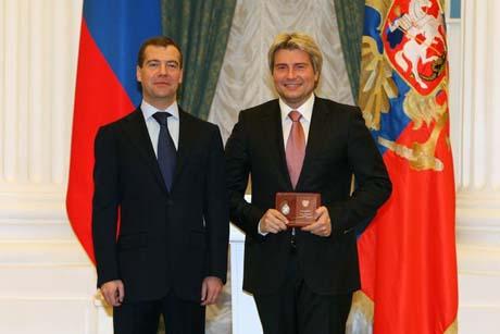 «Коленька, если видишь публику, не стесняйся». Басков спел для Медведева. А президент рассчитывал на танец