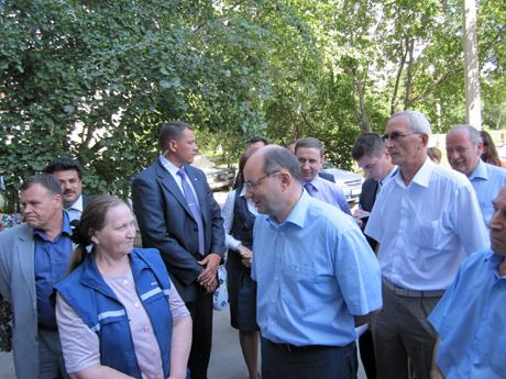 У свердловского губернатора  сегодня насыщенный день. Мишарин побывал в четырех районах Екатеринбурга, пообщался с людьми, давал советы и отвечал на вопросы