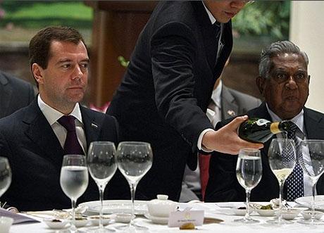Дмитрий Медведев может стать владельцем ресторана в Сингапуре. Президент заполнил уже все бумаги. Ответ придет через неделю