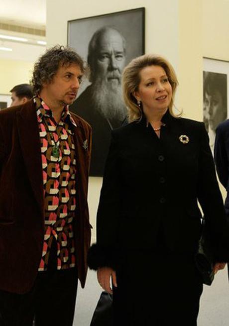 Нелегкие, но гламурные будни. Светлана Медведева встретилась с первой леди Абхазии и посетила выставку старого знакомого - портретиста Шерон Стоун и Владимира Путина