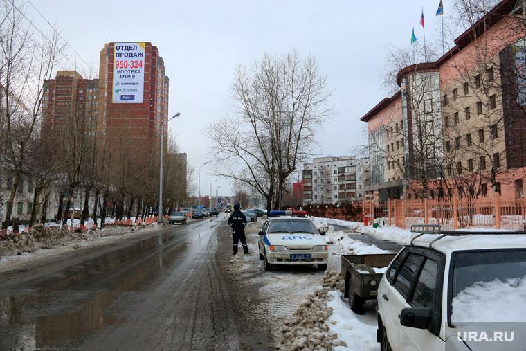 Дума Сургут , проезжая часть, полицейская машина, улица восход4