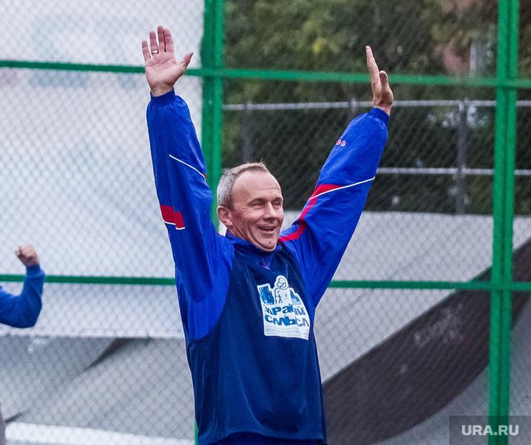 Олег Чемезов играет в футбол. Тюмень, чемезов олег, руки вверх