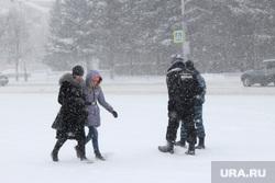 Снег, пурга в городеКурган, полицейские, люди