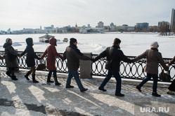 Акция протеста против строительства храма на воде. Екатеринбург, набережная исети, акция обними пруд