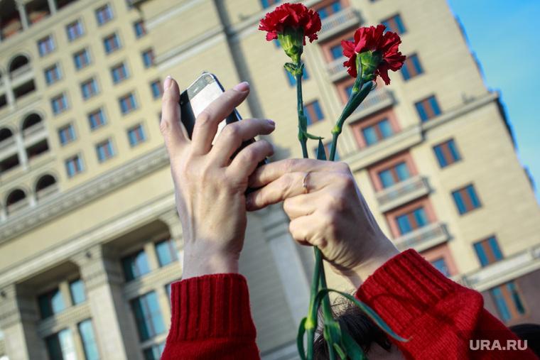 Вечер памяти жертв теракта в Питере, Манежная площадь. Москва, руки, гвоздики, гостиница москва, снимает на телефон